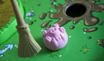 Das Rennschwein mit dem Besen anschubsen.