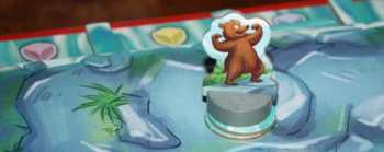 Der Grizzly hat es zurück geschafft und zwei Lachse gefangen.