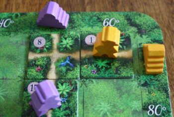 Der gelbe und der lila Abenteurer stehen kurz vor der Entdeckung eines Tempels.